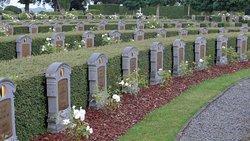 Les tombes sont disposées en arc de cercle.