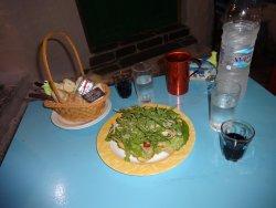 ψωμάκια φουρνιστά και και σαλάτα σε φωλιά παρμεζάνας