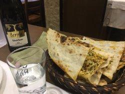 El pan para los entrantes y la botella de vino