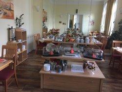 Der Frühstücksraum und der Flur zu den Zimmern