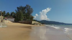 Kleiner Strand ,bei Flut kommt man zu Fuß nicht weit,aber nur 3 Min entfernt