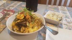 Zuppa di pescato del giorno al curry e riso jasmin con semi di papavero