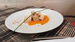 Une table gourmande sur une terrasse romantique avec vue sur les toits d'Uzes