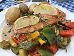 Lachschnitte mit Kartoffeln und gegrilltem Gemüse