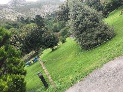 Jardín encantador junto al hotel.