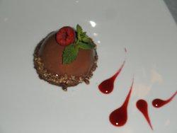 Déssert au chocolat crostillant et aux framboises fraîches