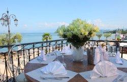 Uno dei tavoli sulla terrazza panoramica, che da sul lago di Garda