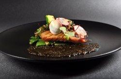 Toro ze žlutoploutvého tuňáka, tapioca v miso omáčce, avokádo, divoká rýže, redkvičky