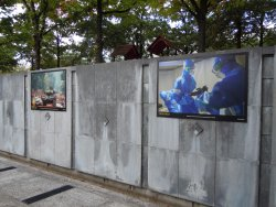 Exposition photos dans le grand espace en contre-bas