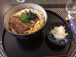 Voici les plats délicieux que servent le Restaurant Awada, un restaurant fantastique avec une éq