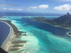 Vista aérea del lagon de Bora Bora y del hotel