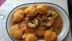 filet bondiola con camarones y papas dauphin
