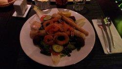 salade verte , saumon , calamar en beignet , nems