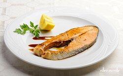 SALMONE AL MELOGRANO: delicato filetto di salmone con salsa di melograno