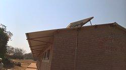 Auf dem Dach eine Solaranlage.
