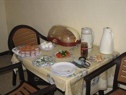 Раздаточный стол на завтраке