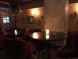 Couch und Stühe bei gedämpften Licht schaffen Loungeatmosphäre.