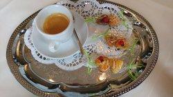 Espresso mit selbstgebackenen und liebevoll verpackten Herzerln aus Butterteig