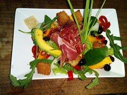 Aragonese salad: various vegetables, bread crostones, rucula, serrano ham and spinach sauce