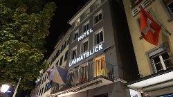 ホテルの1Fはカフェで、レジとホテルの受付が同じところです。