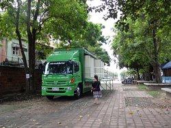 門近くに用意されていた大型トラックに積まれた公衆トイレ