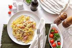 Farfalle Terra, Mare e Monti ...in creamy sauce with fresh mushrooms, shrimps, ham