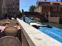 Vista do canal em frente à Osteria da Toni
