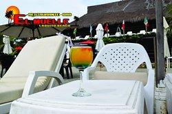 Disfruta de el sol, la playa y las bebidas, con atención personalizada.