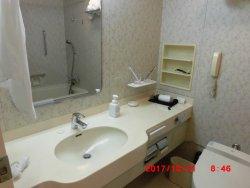 ツインの洗面所、トイレ、バス。