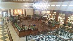 weiträumige Lobby mit angrenzendem Restaurant