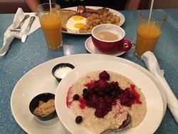 Outmeal mit Berries, Spiegelei, Cafe, frisch gepresster Orangensaft