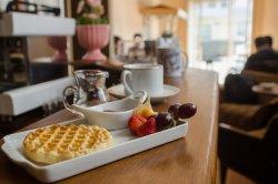 Waffle com geleias artesanais produzidos por famílias