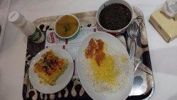 plato con tadig (arroz crujiente) y Qormeh Sabzi