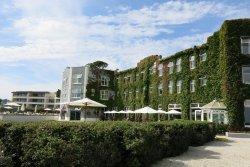 Hotelgelände beim Pool und der Liegefläche