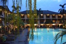 piscine au centre de l'hotel