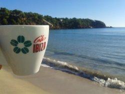 un café les pieds dans l'eau