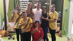 Happy customers with the masseuses of Bussaba Massage.