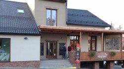 Hlavní vstup a navazující venkovní terasa