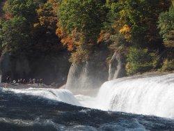 川底が大規模に割れて滝となっていて、大迫力です。