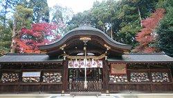 紅葉と縁結びの岩がある神社