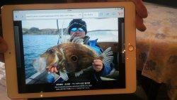 魚料理で出された釣り人と釣り上げた時の魚の写真を見せてくれた。