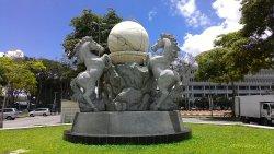 三馬鼎立雕像