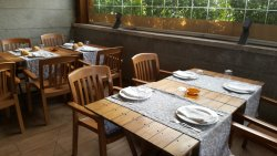 Mesas con ceniceros preparados