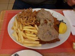 Chicken Schnitzel.......unglaubliche Grösse und der Geschmack ist unbeschreiblich gut.