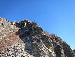 麓から岬頂上を眺める