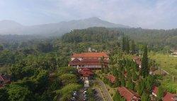 Pemandangan hotel dari drone dengan background gunung.