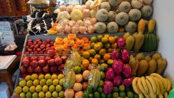 店頭に並べられたフルーツ