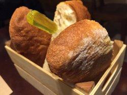 Pan de la casa con su aceite infusionado