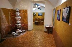 All'ingresso della mostra c'è una grande scultura luminosa opera dell'artista ceramista Alessand