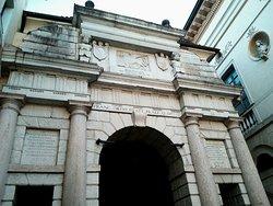 Dojona Gate
